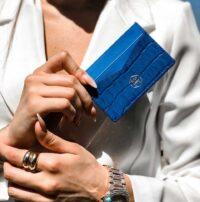 portatessere-in-vera-pelle-motivo-coccodrillo-blu